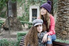 Zwei junge Mädchen mit bunter Winterkleidung lizenzfreie stockfotos