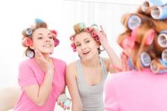 Zwei junge Mädchen nahe dem Spiegel Stockbilder