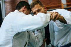 Zwei junge Männer, die zusammen Judo üben Stockbilder
