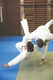 Zwei junge Männer, die zusammen Judo üben Stockfotografie