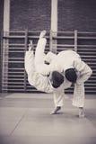 Zwei junge Männer, die zusammen Judo üben Stockfotos