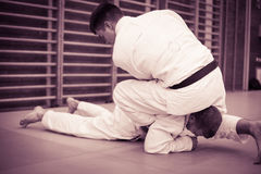 Zwei junge Männer, die zusammen Judo üben Lizenzfreies Stockbild