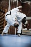 Zwei junge Männer, die zusammen Judo üben Lizenzfreie Stockfotos