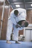 Zwei junge Männer, die zusammen Judo üben Stockfoto