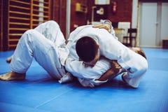 Zwei junge Männer, die zusammen Judo üben Lizenzfreie Stockfotografie