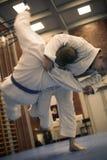 Zwei junge Männer, die zusammen Judo üben Lizenzfreies Stockfoto