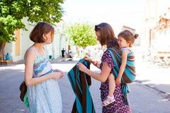 Zwei junge Mütter treffen sich in einem Park lizenzfreies stockfoto