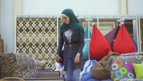 Zwei junge moslemische Frauen im Möbelgeschäft stock footage