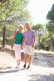 Zwei junge Paare zusammen laufend in Park Stockfotografie