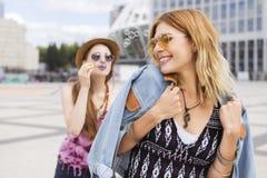 Zwei junge schöne blonde Hippie-Mädchen am Sommertag fu habend Stockfoto