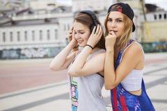 Zwei junge schöne blonde Hippie-Mädchen am Sommertag fu habend Stockfotografie