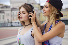 Zwei junge schöne blonde Hippie-Mädchen am Sommertag fu habend Stockbilder