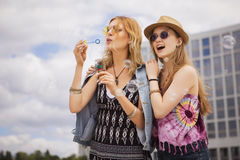 Zwei junge schöne blonde Hippie-Mädchen am Sommertag fu habend Lizenzfreies Stockfoto