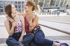 Zwei junge schöne blonde Hippie-Mädchen am Sommertag fu habend Stockfotos