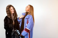 Zwei junge schöne Frauen lizenzfreies stockfoto