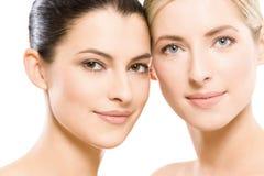 Zwei junge schöne Frauen stockfotos