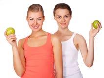 Zwei junge schöne Frauen mit Äpfel Lizenzfreie Stockfotos