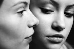 Zwei junge schöne Freundinnen Stockbild