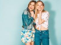 Zwei junge sch?ne Hippie-M?dchen in der modischen Kleidung im Studio stockbilder