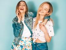 Zwei junge sch?ne Hippie-M?dchen in der modischen Kleidung im Studio lizenzfreie stockbilder
