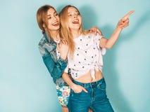 Zwei junge sch?ne Hippie-M?dchen in der modischen Kleidung im Studio lizenzfreie stockfotos