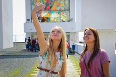 Zwei junge schöne Mädchen machen selfie Stockfoto