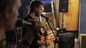 Zwei junge singende Männer, eins von ihnen spielt eine Gitarre stock video footage