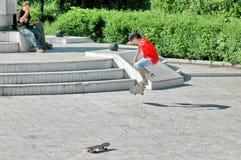 Zwei junge Skateboardfahrer Stockfoto