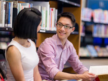 Zwei junge Studenten an der Bibliothek Stockfotos