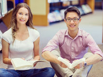 Zwei junge Studenten an der Bibliothek Stockbilder