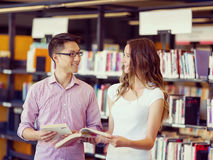 Zwei junge Studenten an der Bibliothek Stockfoto