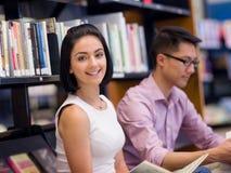 Zwei junge Studenten an der Bibliothek Stockbild