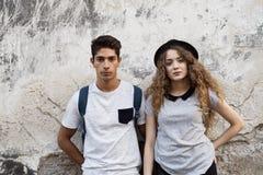 Zwei junge Touristen in der alten Stadt Stockfotos