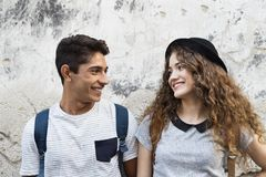 Zwei junge Touristen in der alten Stadt Stockfotografie