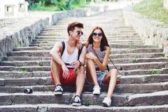 Zwei junge Touristen, die eine Pause auf altem Treppenhaus machen Stockbilder