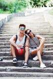 Zwei junge Touristen, die eine Pause auf altem Treppenhaus machen Stockfoto