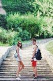 Zwei junge Touristen, die eine Pause auf altem Treppenhaus machen Stockfotografie