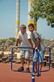 Zwei Jungen auf dem Spielplatz. Lizenzfreies Stockfoto