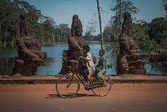 Zwei Jungen auf einem Fahrrad Lizenzfreies Stockfoto