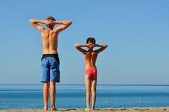 Zwei Jungen auf Ferien auf dem Meer. Stockbilder