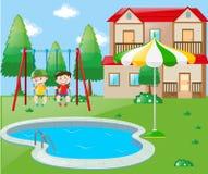 Zwei Jungen auf Schwingen durch das Pool Stockfoto