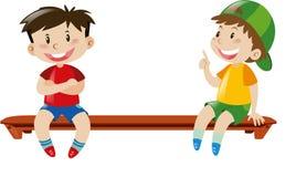 Zwei Jungen, die auf Bank sitzen Stockbilder