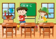 Zwei Jungen, die das Klassenzimmer säubern Stockbilder