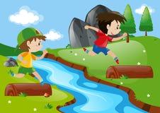 Zwei Jungen, die in den Park laufen Stockfoto