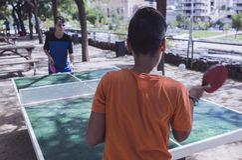Zwei Jungen, die Klingeln pong auf der Straße spielen stockfoto