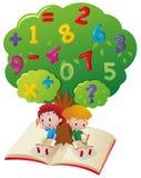 Zwei Jungen, die Mathe unter Baum studieren lizenzfreie abbildung