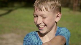 Zwei Jungen, die mit Wasser spielen stock footage