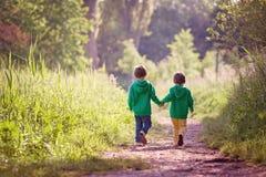 Zwei Jungen, die in Park gehen stockfotografie
