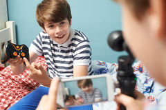 Zwei Jungen, die Spiel-Blog im Schlafzimmer notieren Lizenzfreie Stockbilder