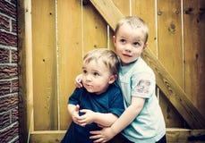 Zwei Jungen, die zusammen oben - Instagram schauen Lizenzfreie Stockbilder